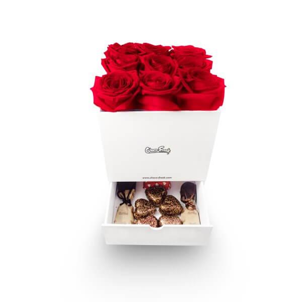 Regalo con 9 rosas y 8 chocolates gourmet en caja de madera. Regalos a domicilio con envío a Quito Guayaquil y todo el Ecuador.