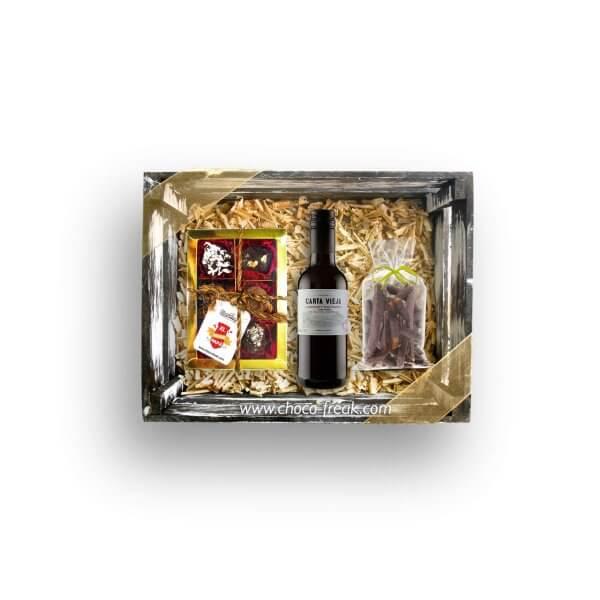 Regalos por el Día del Padre Quito Guayaquil Ecuador. Bandeja de madera con vino y chocolates.